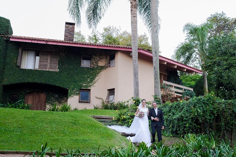 casamento-ao-ar-livre-pai-levando-a-noiva-ao-altar
