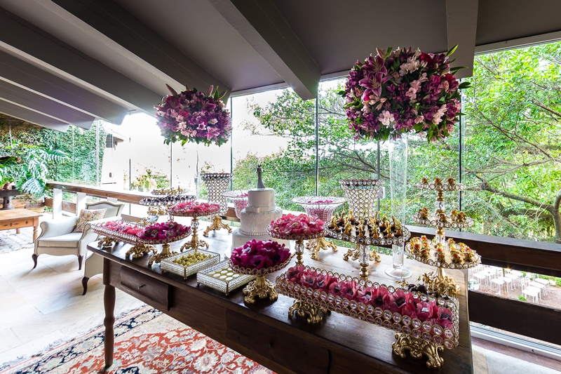 mesa-de-doces-cor-de-rosa-para-casamento-ao-ar-livre